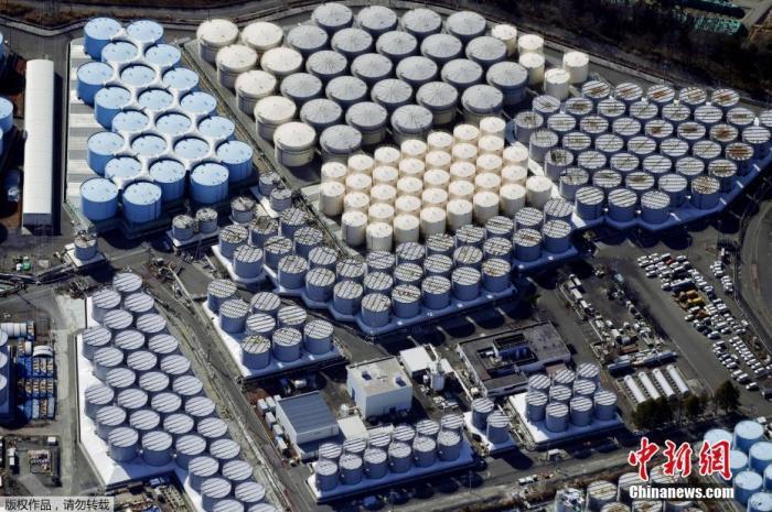 4月13日,日本政府正式决定,福岛第一核电站核污水经过滤并稀释后将排入大海。据日本共同社报道,13日上午日本首相菅义伟召开阁僚会议正式决定将福岛第一核电站污水排放入海。图为2月13日的日本福岛第一核电站核污水储水罐。